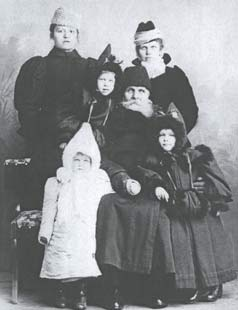 Милютин Василий Андреевич с семьей. 1901 год.