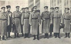 Царь в окружении офицеров